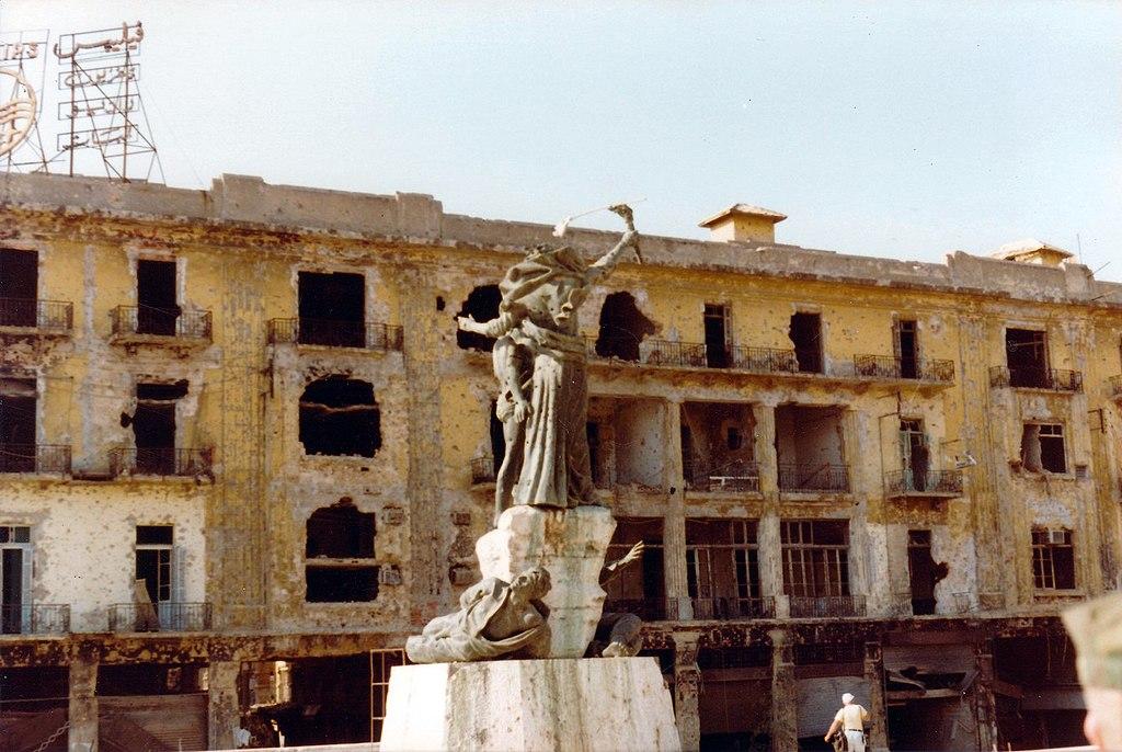 Piazza dei Martiri mostra i segni della guerra civile